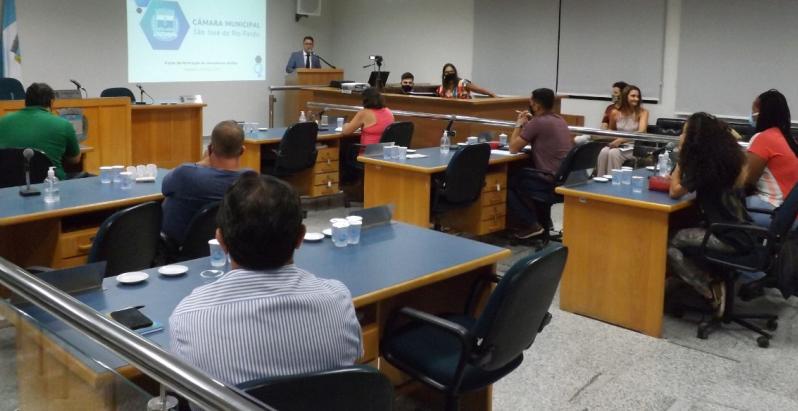 Formação aos vereadores: Márcio Rioli e Cintia Ribeiro palestraram na Câmara