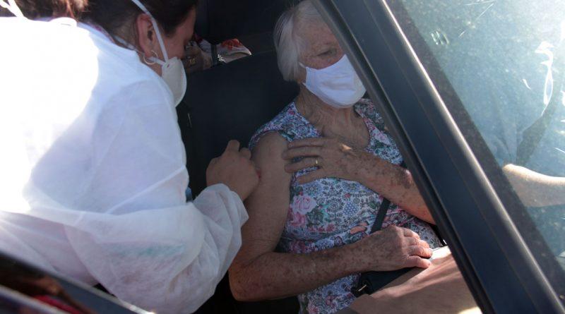 Vacinação em idosos de 77 a 79 anos aconteceu na praça da Igreja de São Cristóvão